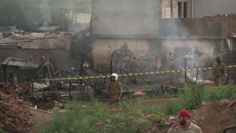 مقتل 17 شخصًا على الأقل بعد تحطم طائرة عسكرية باكستانية بمنطقة سكنية