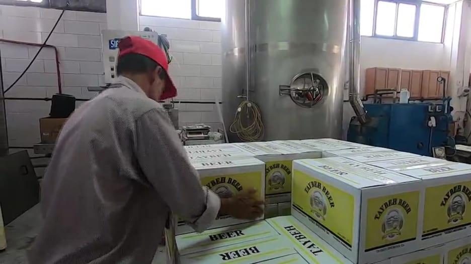 """رغم قيود إسرائيل.. مصنع """"الطيبة"""" للجعة قصة نجاح فلسطينية"""