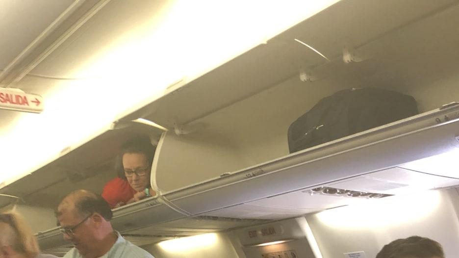 ما سر اختباء مضيفة طيران داخل حجرة أمتعة طائرة ركاب؟
