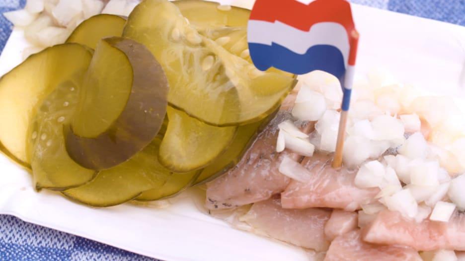 أحد الأطباق الأكثر شهرة في هولندا.. لماذا يخشاه السياح؟