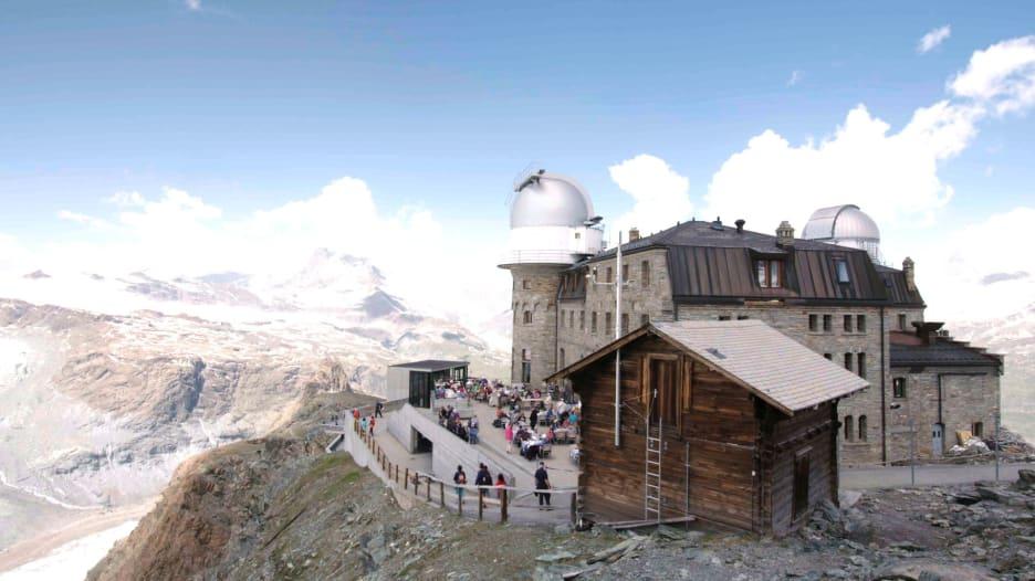 على قمة جبال الألب السويسرية.. فندق داخل مرصد فلكي