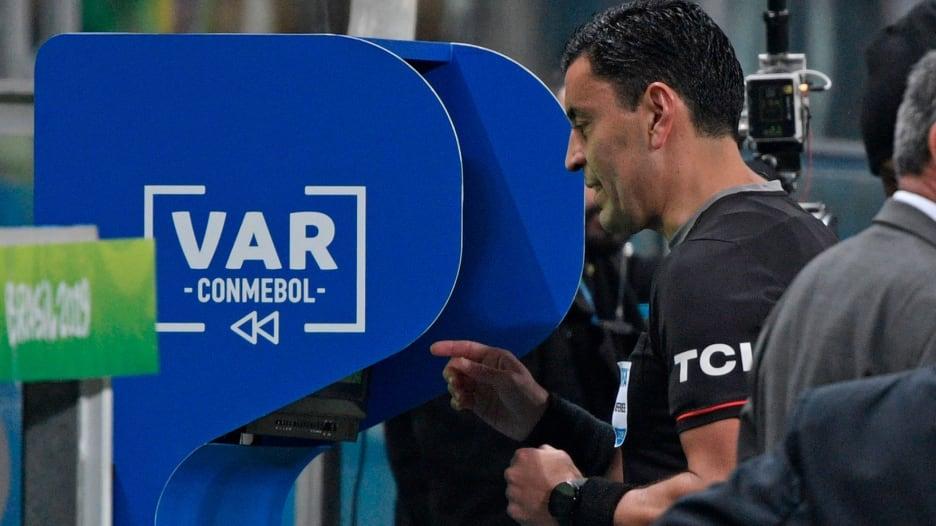 """تقنية الـ""""VAR"""" في عالم الدوري الإنجليزي.. والجمهور جزء منها"""