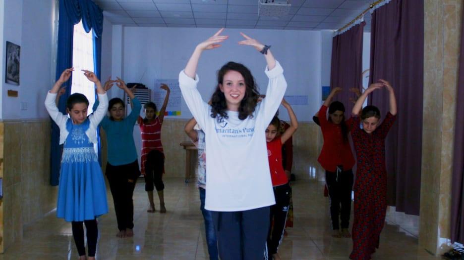 طالبة تحاول تخفيف معاناة أطفال نازحين بالعراق عبر الرقص