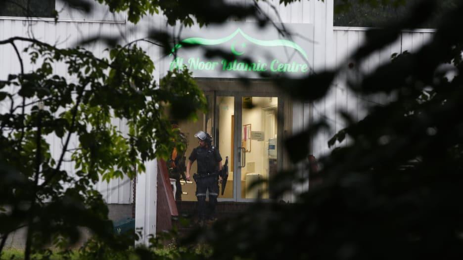 مصلون ينجحون في إيقاف مسلح حاول إطلاق النار في مسجد بالنرويج