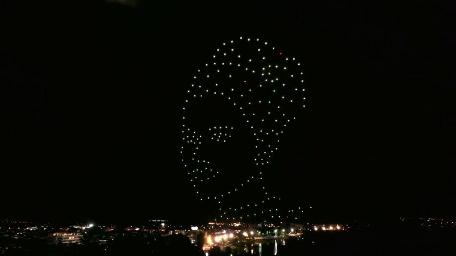 احتفالا بعيد ميلاد الملكة.. 333 طائرة درون تزين سماء تايلاند