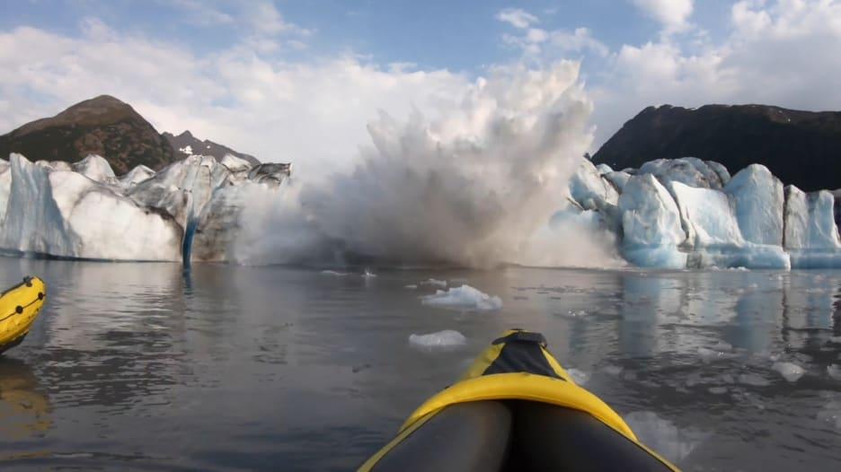 بالفيديو.. جبل جليدي ضخم ينهار فجأة أمام سائحين بألاسكا