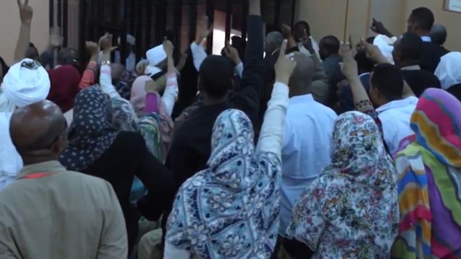 """أسرة عمر البشير تستقبله بهتافات """"الله أكبر"""" في المحكمة"""