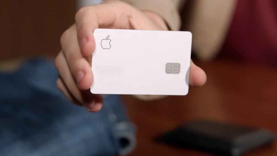 """اختبار يثبت أن لون بطاقة آبل لا يتأثر بالاحتكاك مع """"الجينز"""""""