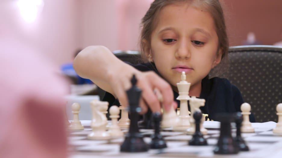 بعزيمة تتجاوز هشاشة عظامها.. طفلة تتحدى إعاقتها بلعب الشطرنج