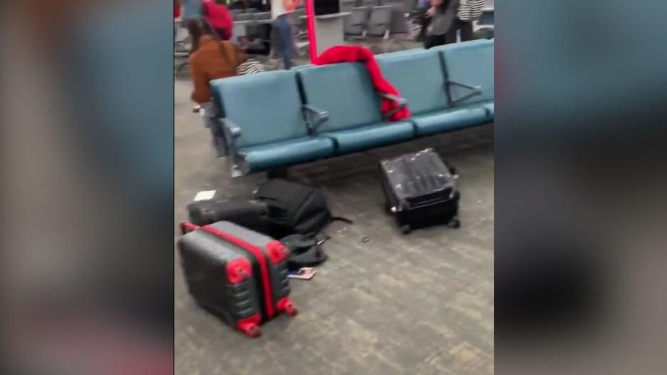 صرخة مضيفة طيران تحوّل مطار بأمريكا لمنطقة أشباح