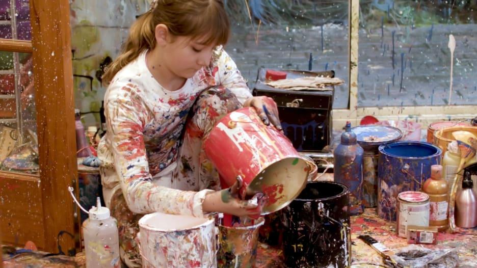 عمرها 12 عاماً.. طفلة تتحول إلى رسامة مشهورة