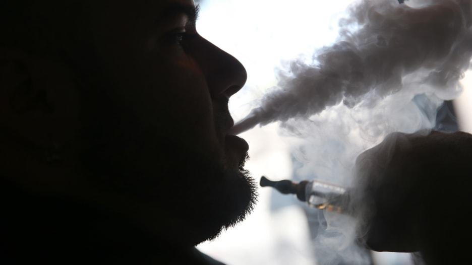 مع انتشار السجائر الإلكترونية.. إليكم تحذيرات طبية جديدة