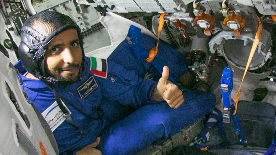هزاع المنصوري أول إماراتي يذهب إلى الفضاء (محطة الفضاء الدولية) أثناء تدريبه