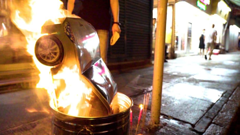 """لاستخدامها بعد الممات.. صينيون يحرقون نسخ ورقية من """"آيفون"""""""