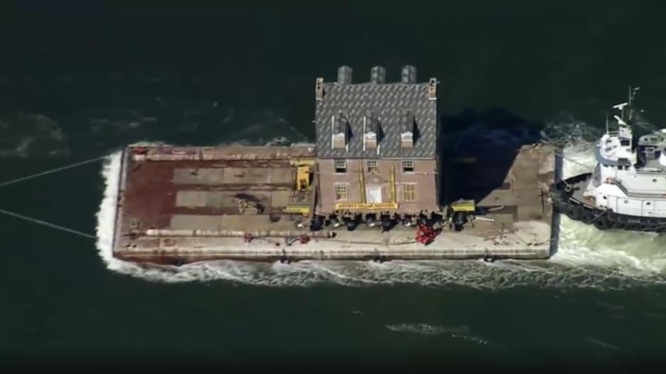 أمريكي يشحن قصر تاريخي بأكمله عبر البحر لإهدائه لوالديه