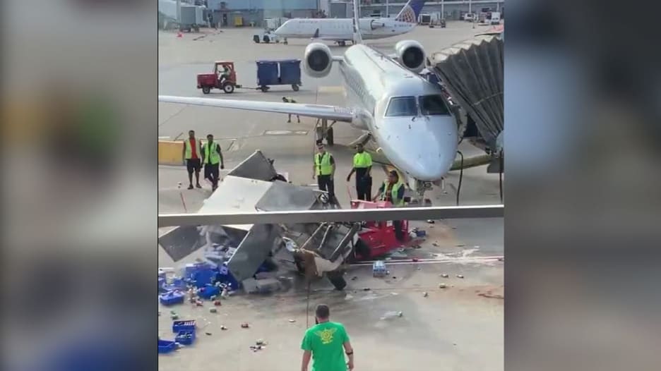 عربة طعام خارجة عن السيطرة في مطار.. شاهد كيف أوقفوها