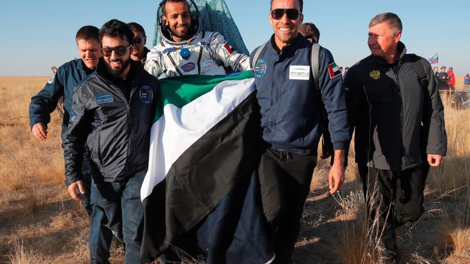 هزاع المنصوري يعود للأرض بعد مهمة في الفضاء استمرت 8 أيام