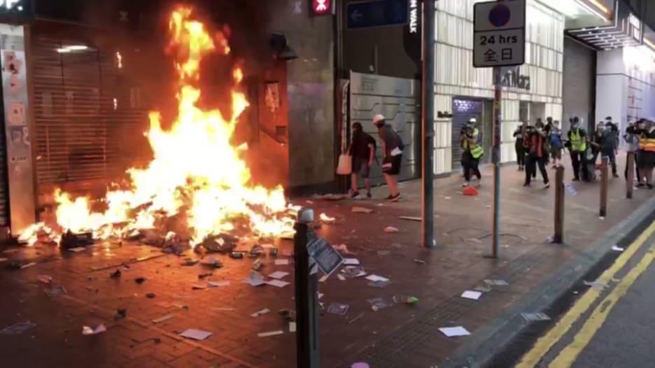 المحتجون في هونغ كونغ يحرقون بنك الصين ومحطات المترو