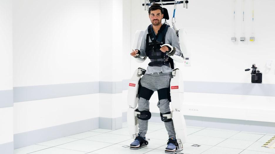 مصاب بالشلل يتحرك ببدلة روبوتية بأوامر من دماغه