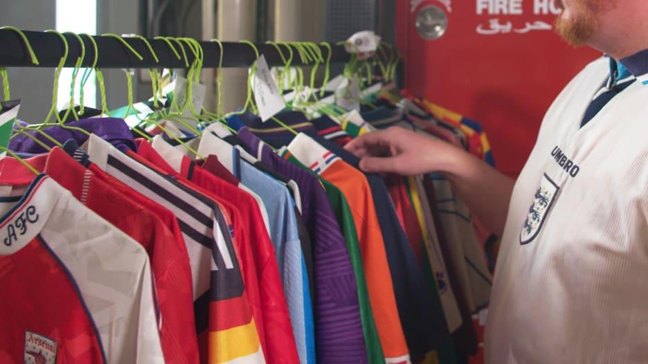 منها لريال مدريد وبرشلونه..قمصان قديمة يجمعها أحد عشاق الكرة بدبي