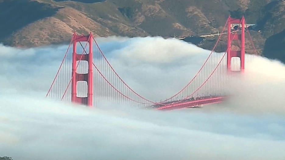 "جسر ""غولدن غيت"" يغرق بالضباب في سان فرانسيسكو"