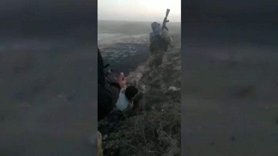 مشاهد قاسية..  قتل أسرى أكراد برصاص مقاتلين موالين