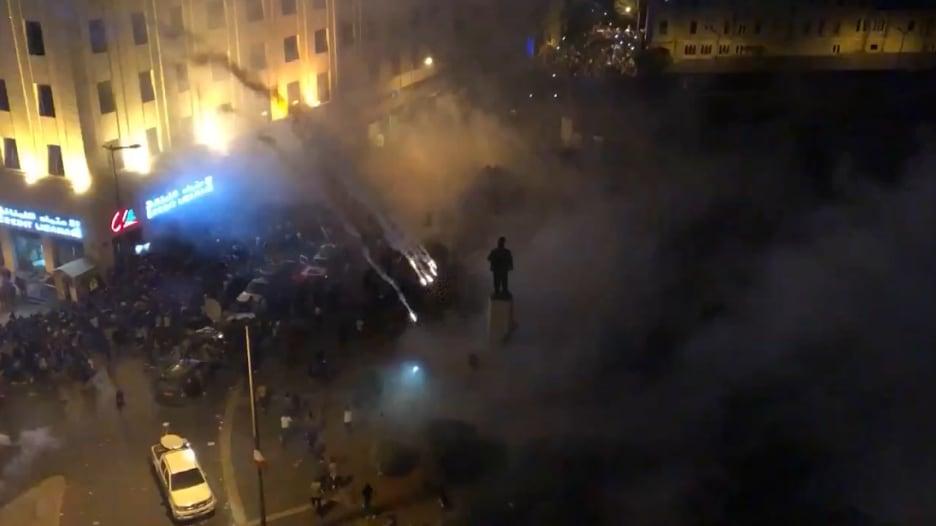 متظاهرون غاضبون يحطمون واجهات محال تجارية في بيروت
