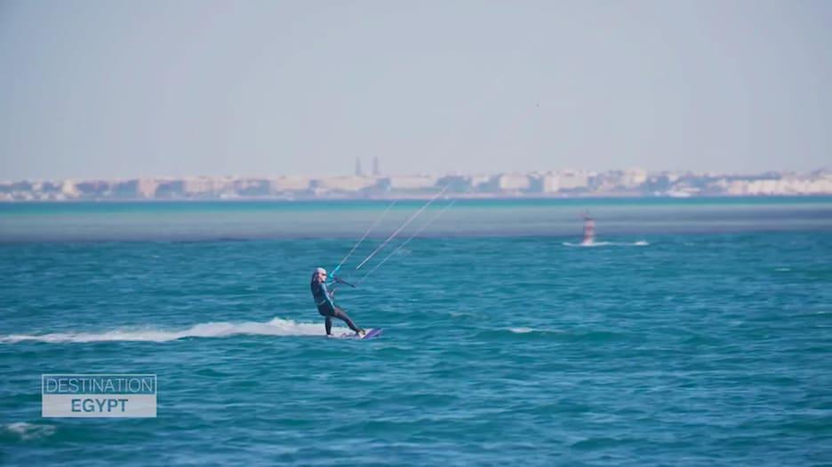 الجونة في مصر..وجهة عالمية للتزلج على الأمواج بالمظلات