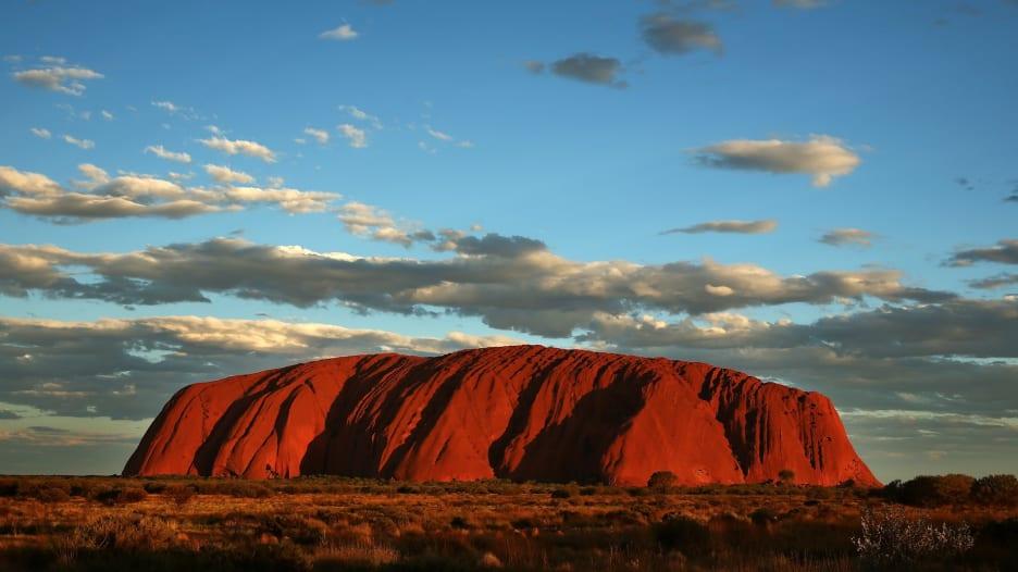 الزوار يتوافدون للصعود لآخر مرة على صخرة أولورو في أستراليا