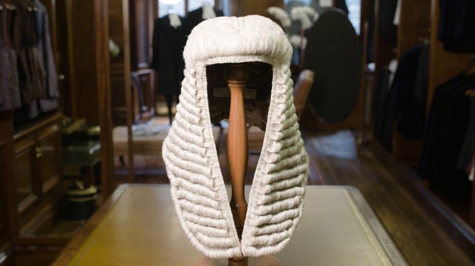 ما سر ارتداء القضاة والمحامين في بريطانيا للشعر المستعار؟