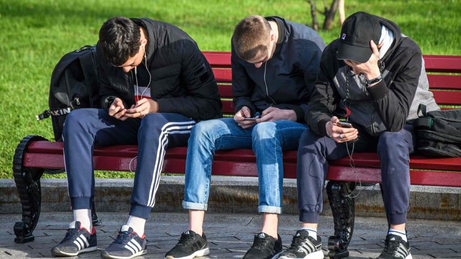ارتفاع معدل بقاء المراهقين أمام الشاشات.. وهذه مخاطره