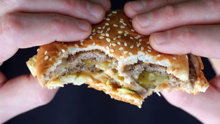 كيف تؤثر المضادات الحيوية على اللحوم بمطاعم الوجبات السريعة؟
