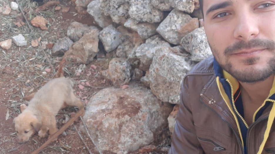 """مصور سوري ينقذ جرواً """"يبكي"""" وسط حطام مداهمة البغدادي"""