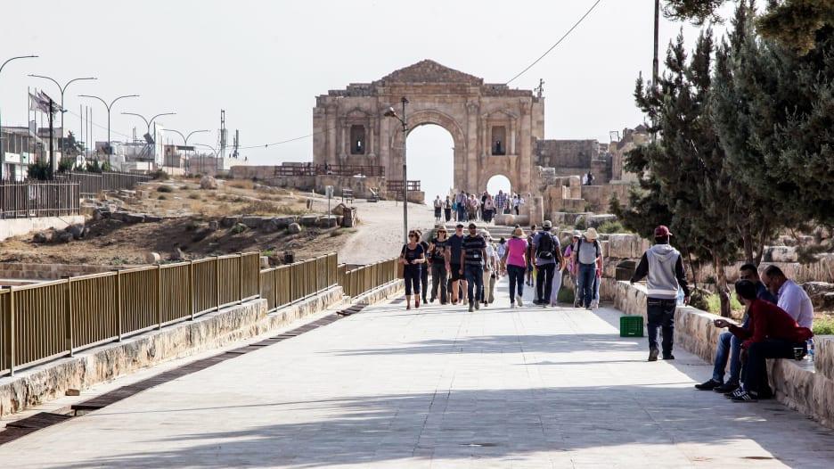 المشاهد الأولى لحادثة طعن عدد من السياح في الأردن