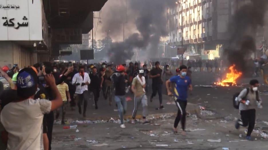 اشتباكات عنيفة بين المحتجين العراقيين وقوات الأمن في بغداد