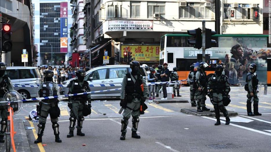 لحظة إطلاق شرطي للرصاص على متظاهر في هونغ كونغ