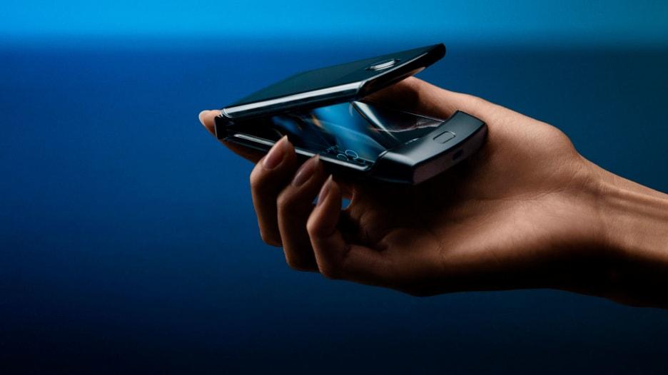 """هل تذكرون هاتف """"ريزر"""" القديم؟.. موتورولا تحيي هاتفها من جديد"""
