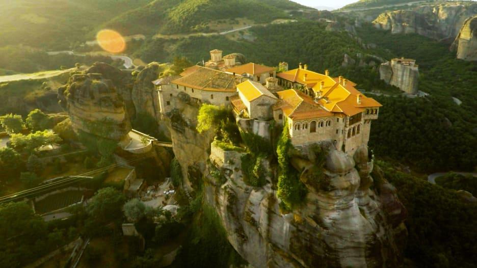 """استغرق بناؤها قرنين.. تعرف لهذه الأديرة اليونانية """"المعلقة"""""""