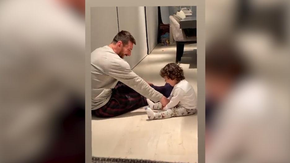 في لقطة طريفة.. ميسي يلهو مع ابنه
