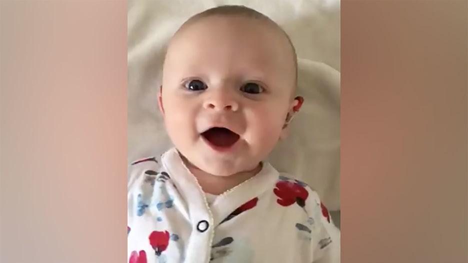 شاهد ردة فعل طفلة صماء بعد سماعها صوت أمها