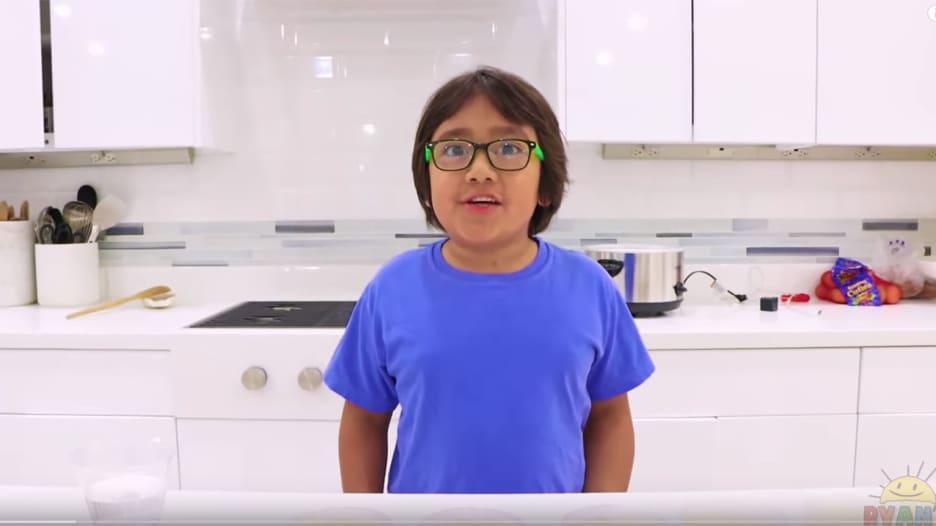 صبي بعمر 8 أعوام يحصد 26 مليون دولار أرباحًا من يوتيوب
