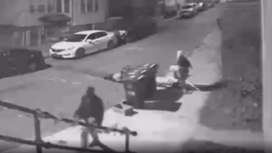 كاميرا مراقبة ترصد محاولة اغتصاب فتاة بأحد شوارع أمريكا