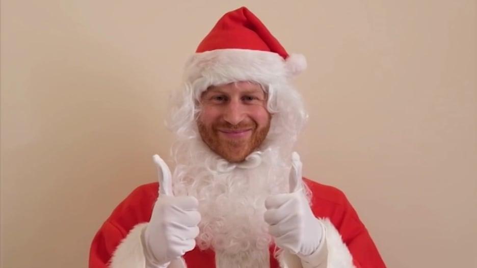 بزي بابا نويل.. الأمير هاري يسعد اليتامى