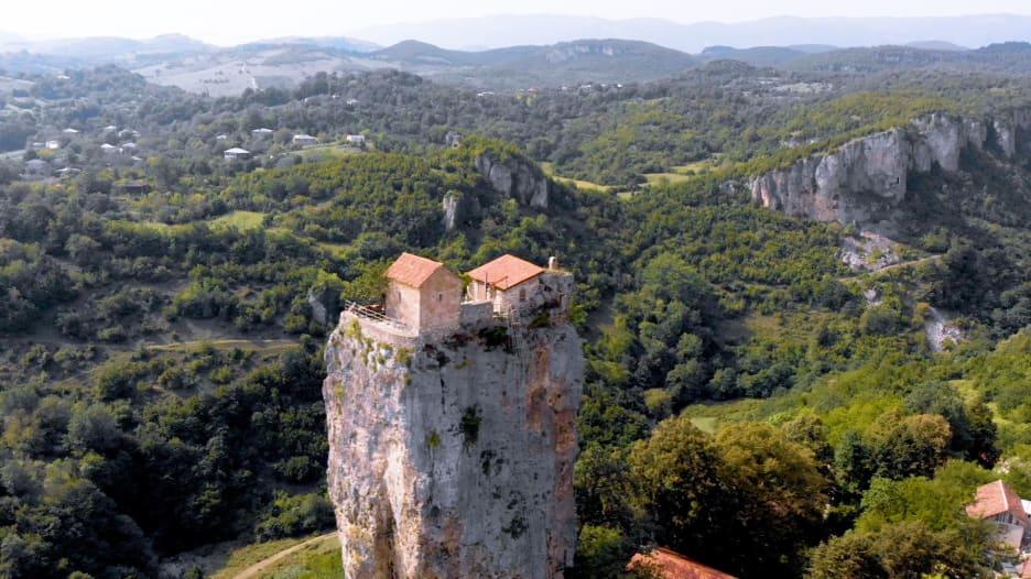 يمتد للسماء كناطحة سحاب.. تعرف على هذا الدير المبهر بجورجيا