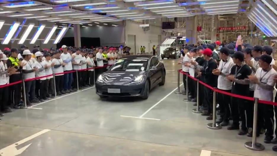 شركة تسلا تسلم أول سيارات كهربائية مصنوعة في الصين