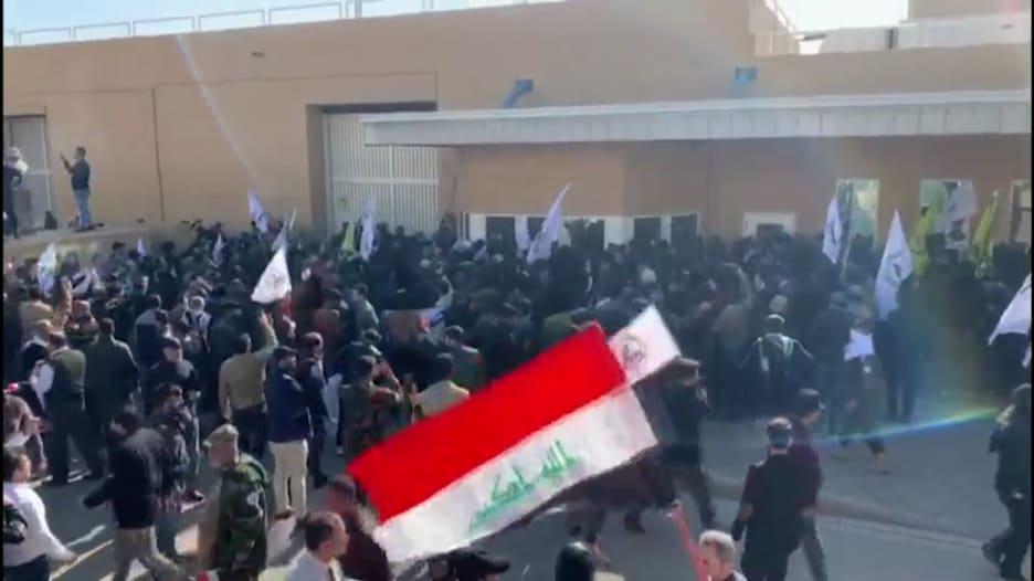 الآلاف يحاصرون السفارة الأمريكية في بغداد