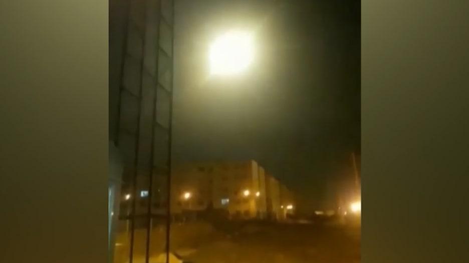 فيديو يُعتقد أنه للحظة إصابة طائرة أوكرانية بصاروخ فوق طهران