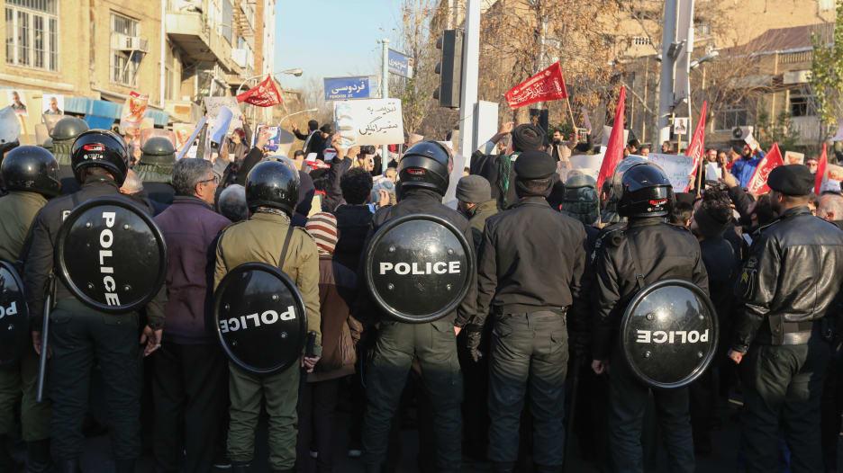 تصاعد احتجاجات طهران والشرطة تطلق الغاز المسيل للدموع