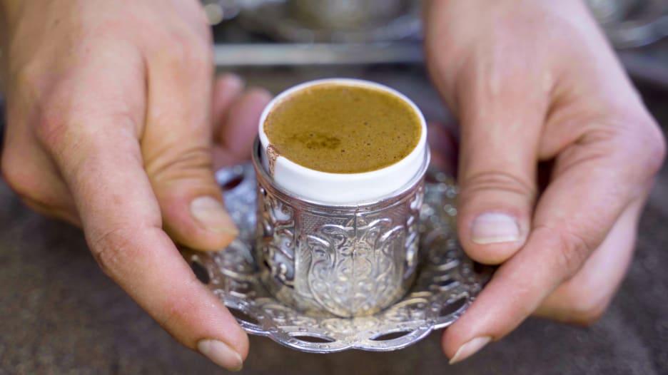 طريقة تحضير القهوة على الرمل الساخن في تركيا