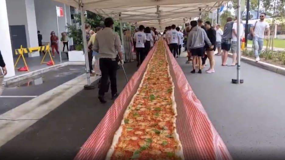شاهد.. بيتزا بطول 100 متر لدعم فرق الاطفاء في أستراليا